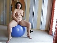 Chubby mature lady play naked on top of the ball
