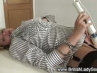 Mature brit Lady Sonia uses hitachi magic wand